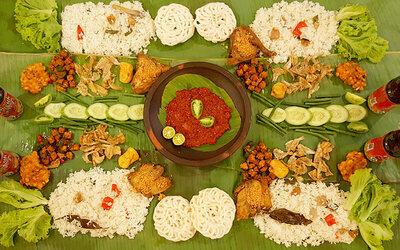 Paket Makan Nasi Liwet Alas Daun Ayam / Gurame Spesial untuk 6 Orang