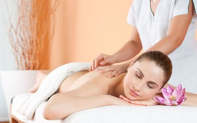 1x Full Body Massage with Aromatic Oil + Hot Stone + Scrub + Totok Wajah + Face Mask + Drink (120 Menit)