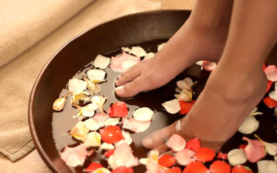[Limited Offer] Mineral Foot Bath + Full Body Massage + Totok Aura + Body Scrub