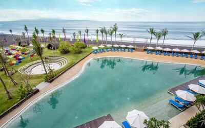 Beach Club & Pool Access + Seafood Gyoza / Shrimp Hakaw + Ice Tea untuk 1 Orang