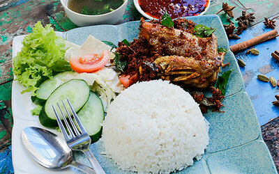 Nasi Lemak with Spicy Fried Chicken with Lime Juice and Dessert for 1 Person