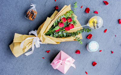 Bouquet of Six (6) Roses and One (1) Tin of Pretzels with One (1) Personalised Mini Bubble Balloon for 1 Person