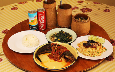 Authentic Dayak Meal with Bamboo Chicken + Drinks for 4 People